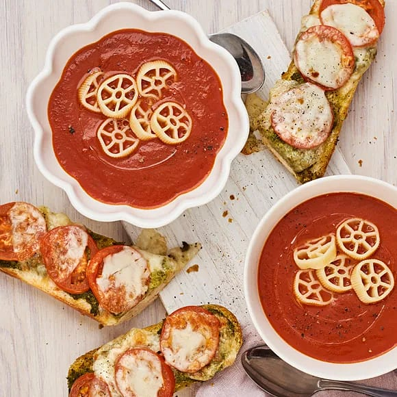 Tomatsoppa med krispig pesto-  och mozzarellatoast