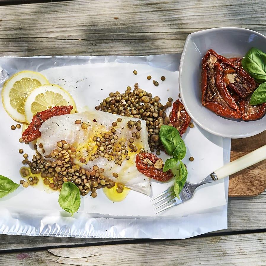 Torsk i folie med linser, soltorkade tomater och basilika