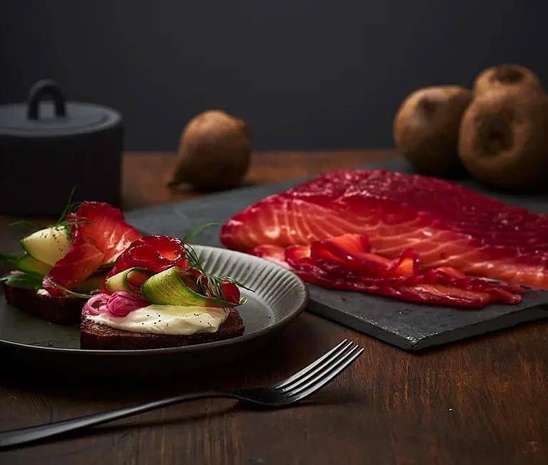 Rödbetsgravad lax med pepparrotskräm på rågbröd
