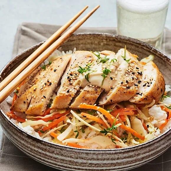Kyckling med syrlig kålsallad och sojamajonnäs