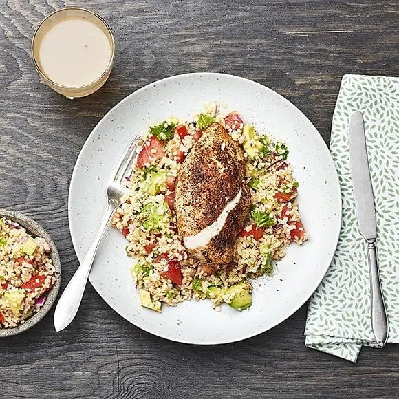 Kryddstekt kyckling med tabbouleh och avokado