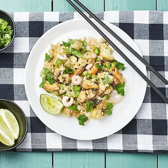 Fried rice med räkor, musslor och blomkål