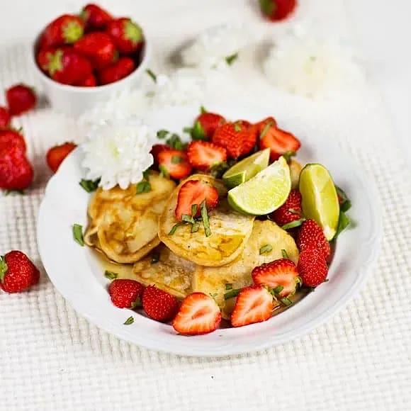 Veganska pannkakor med limemarinerade jordgubbar