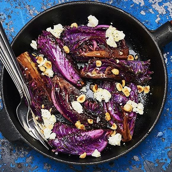Balsamico brässerad hjärtkål med getost och hasselnötter
