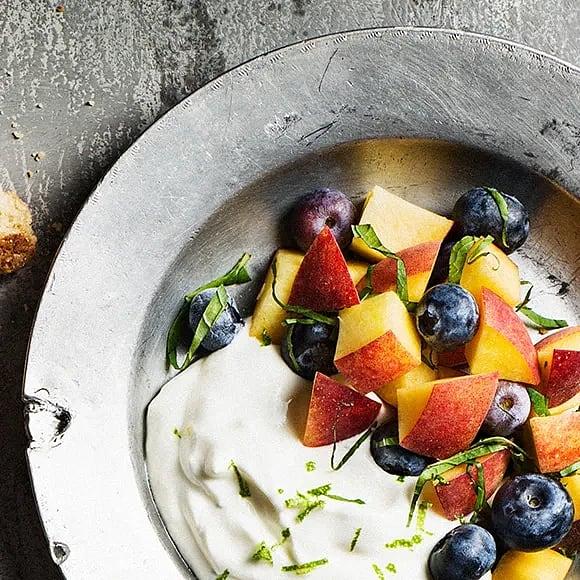 Persiko- och blåbärssallad med mandelsmulor och gräddfilskräm