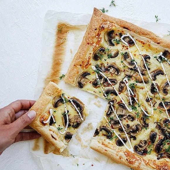 Snabb smördegspizza med svamp
