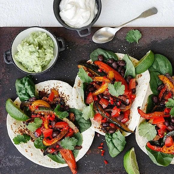 Fajitas med rostade grönsaker, svarta bönor och guacamole