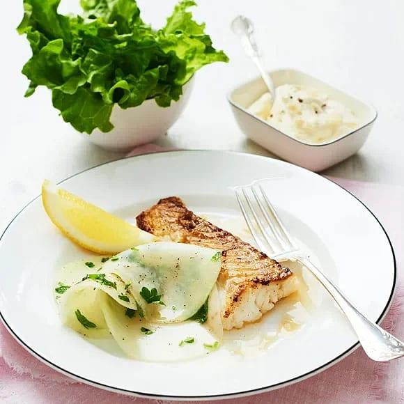 Stekt torsk med kålrabbisallad och pepparrotskräm