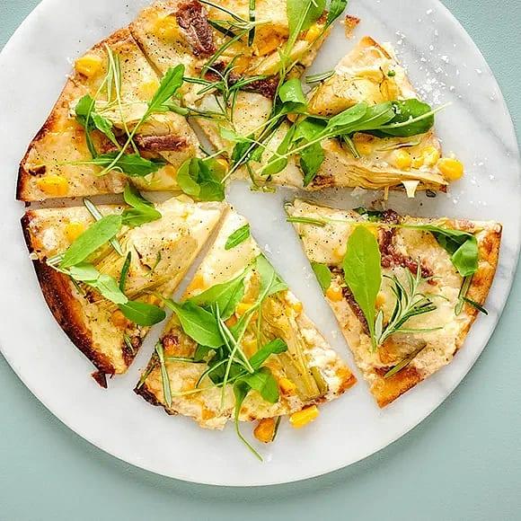 Tortillapizza med crème fraiche och kronärtskocka