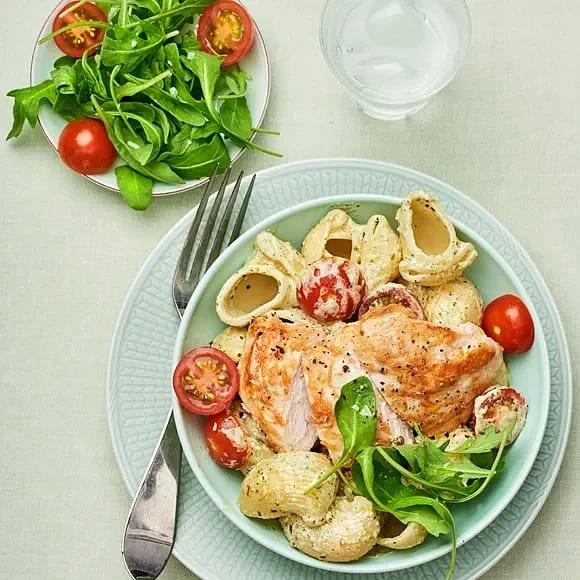 Krämig pasta pesto med vitlöksstekt kyckling