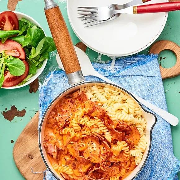 Pasta med kalkonbacon och ajvar