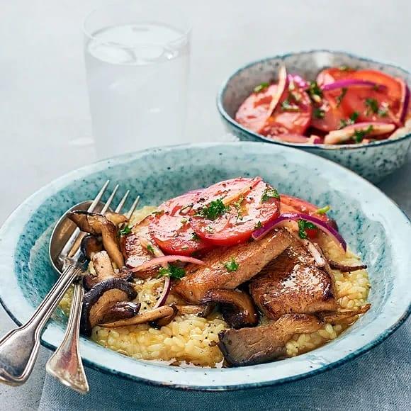 Ytterfilé med risotto, svamp och syrlig tomatsallad