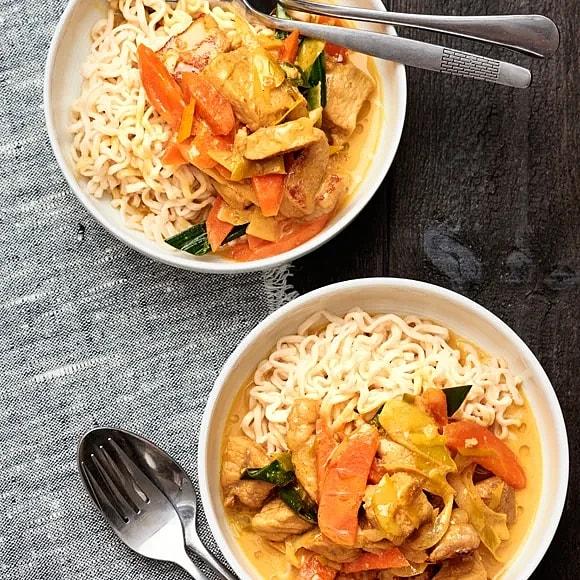 Kotlett i kokosmjölk och curry med nudlar