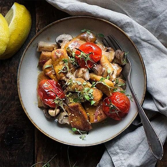 Pumpagnocchi med svampsås och bakade körsbärstomater