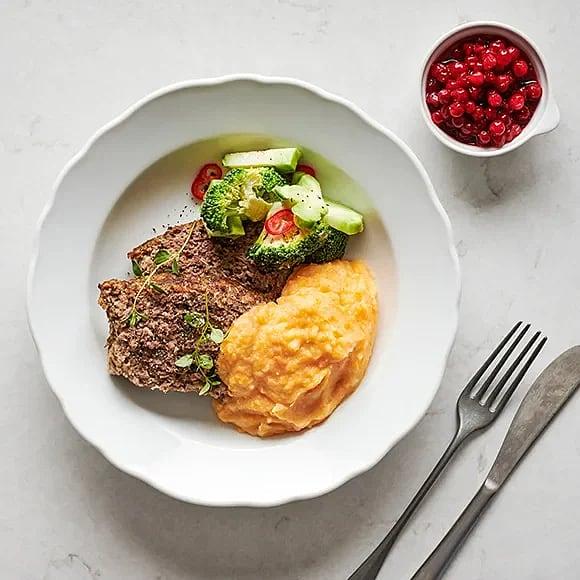 Köttfärslimpa med rotfruktsstomp, rårörda lingon och picklad broccoli