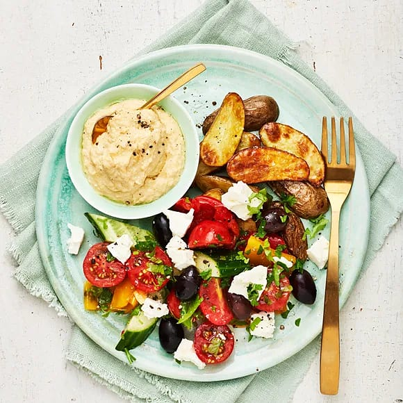 Tomat- och olivsallad med hummus och rostad potatis