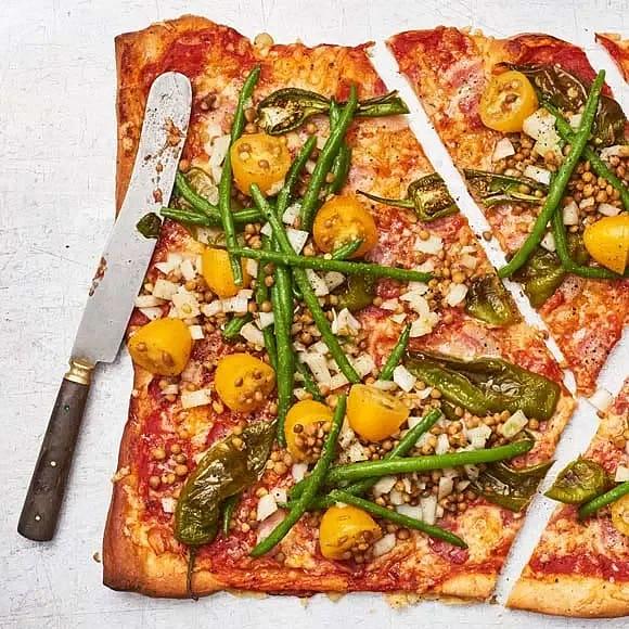 Baconpizza med tomat och haricot verts-sallad