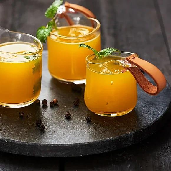Varm apelsindryck med svartpeppar och honung