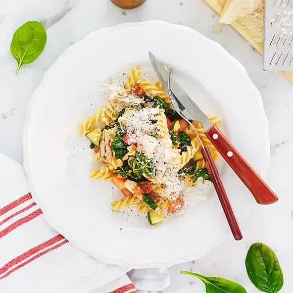 Pasta med kyckling, zucchini och spenat