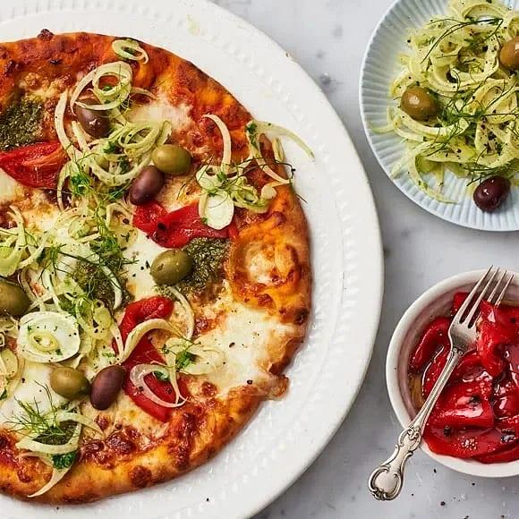 Pestopizza med mozzarella, grillad paprika och marinerad fänkål