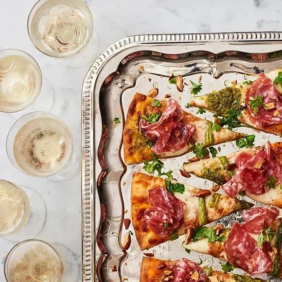 Lyxig, snabblagad pizza med mozzarella, pesto, tryffelsalami och sparris