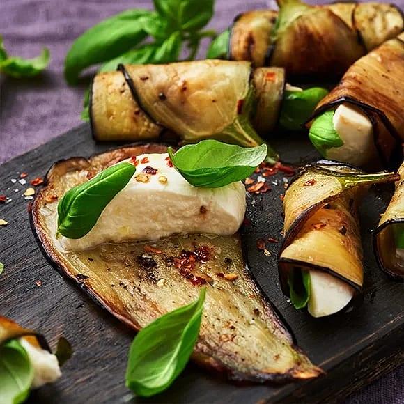 Auberginrulle med basilika och mozzarella
