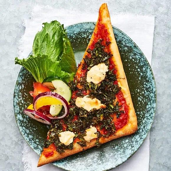 Grönkålspizza med ajvar och getost