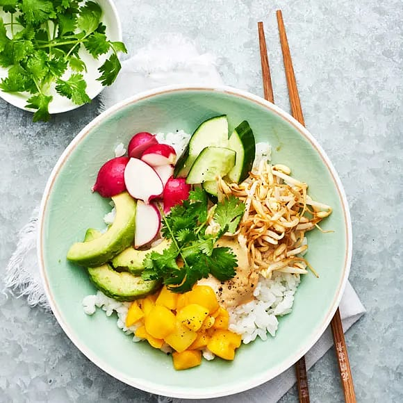 Poké bowl med marinerade böngroddar och sojamajonnäs
