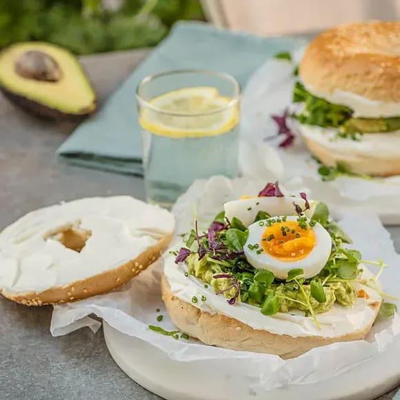 Matig bagel med avokado och ägg