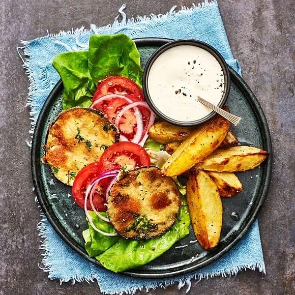Aubergineburgare med vitlökskräm och rostad potatis
