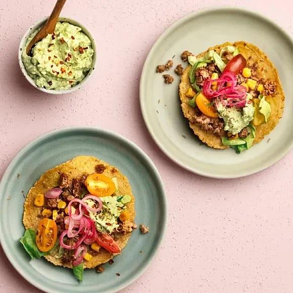 Tostada med ärtprotein, chipotlesås och avokado