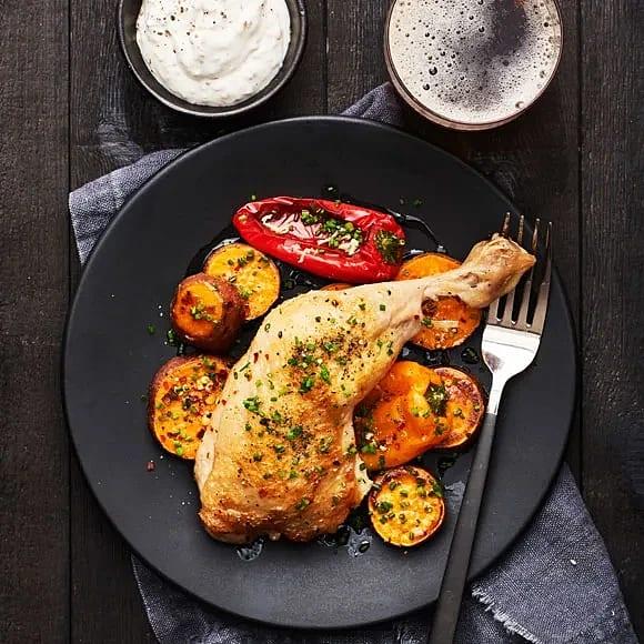 Kycklingklubba med rostad sötpotatis och sesamyoghurt