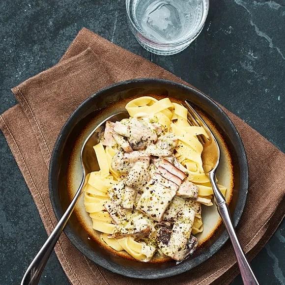 Krämig pasta med pesto och bacon