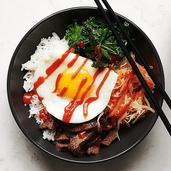 Bibimbap med ris, rostbiff och stekt ägg