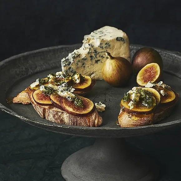 Rostad baguette med fikon, ädelost och rosmarinhonung