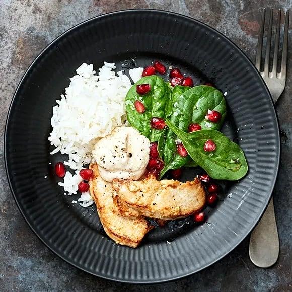Kyckling med bönhummus och granatäpplesallad