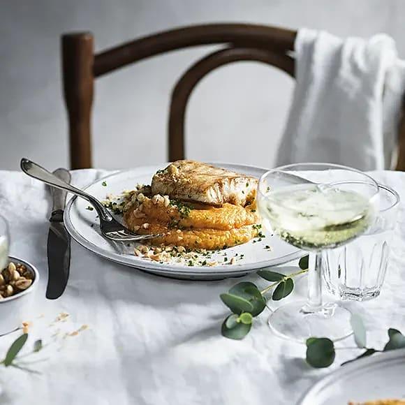 Stekt torskrygg med pumpapuré och rostade hasselnötter