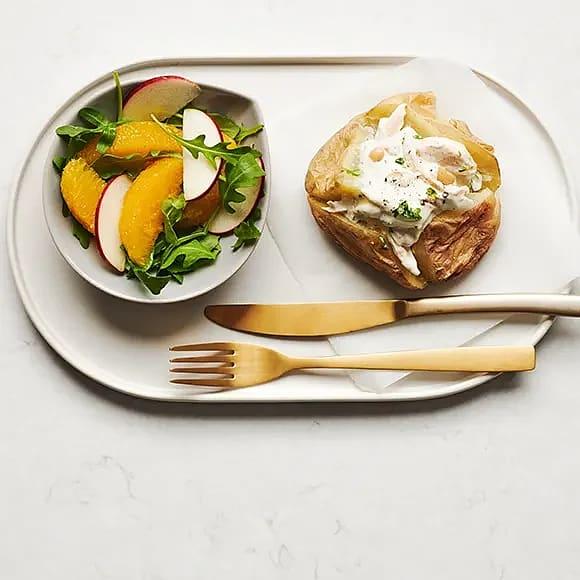 Bakad potatis med kyckling och apelsinsallad