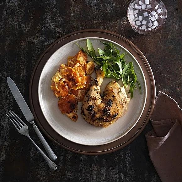 Hel kyckling i ugn med apelsin, rosmarin och sötpotatisgratäng