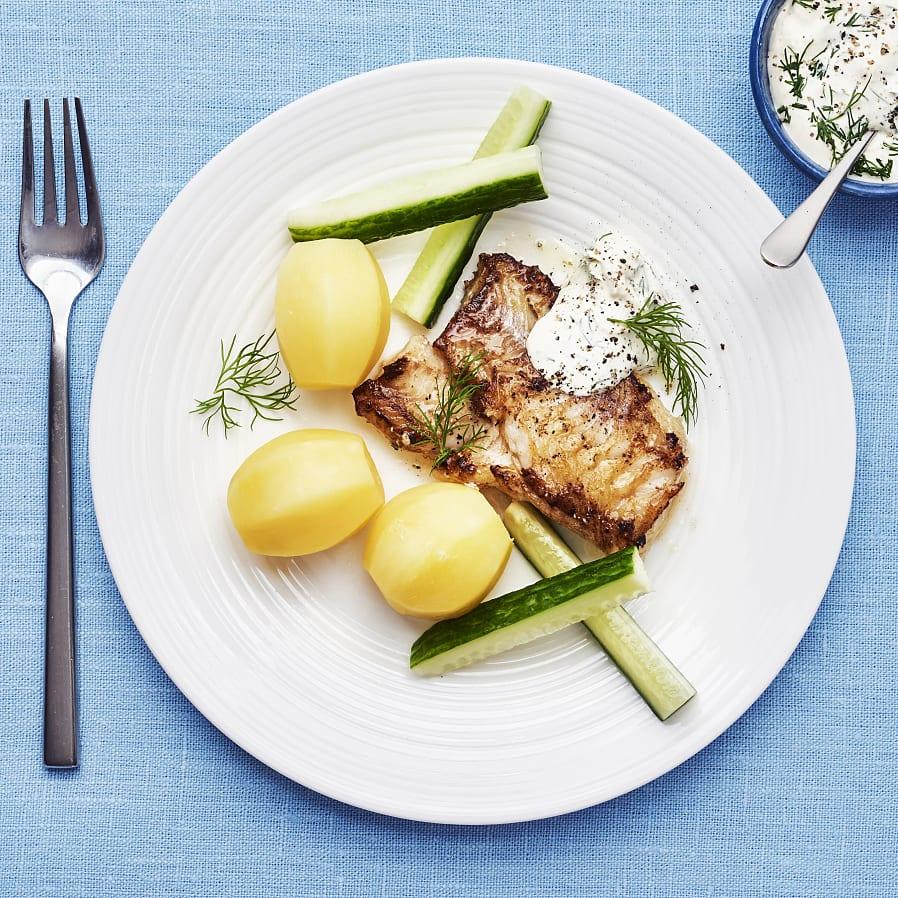 Stekt fisk med dillsås och gurka