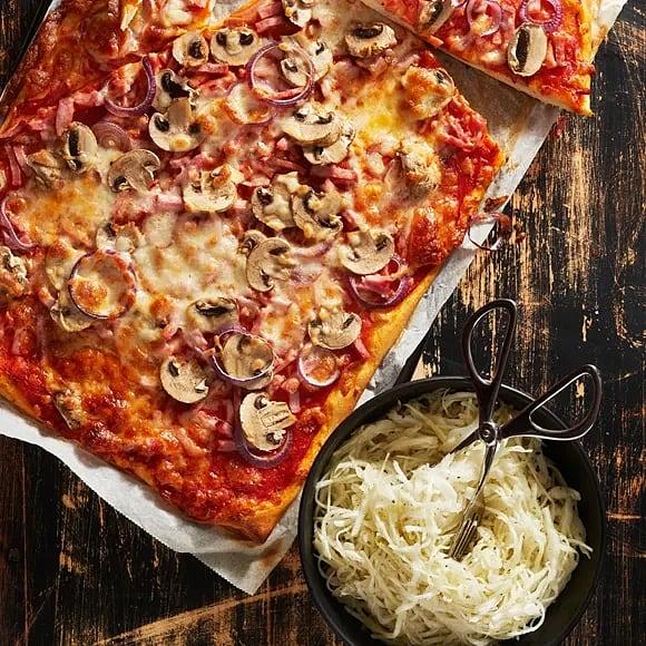 Pizza med skinka och pizzasallad