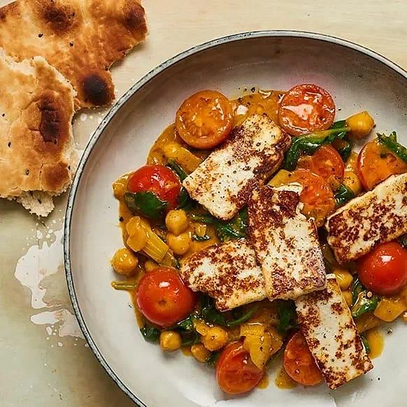Curry med stekt ost, kikärter och spenat