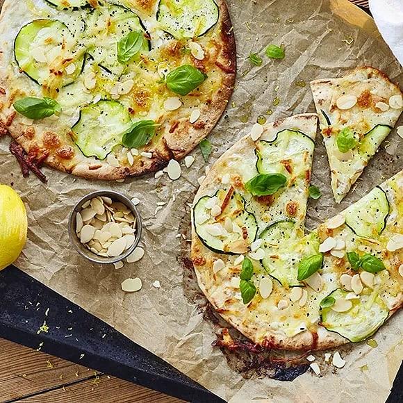Pizza bianco med halloumi och zucchini