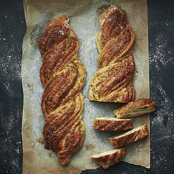 Flätat bröd med kikärtor och pesto
