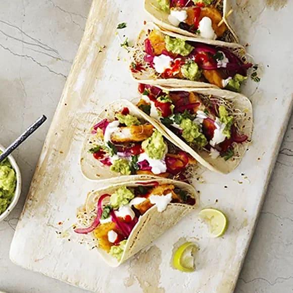 Fish tacos med fiskpinnar och picklad rödlök