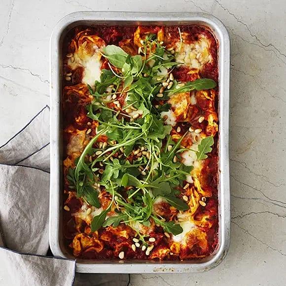 Gratinerad tortellini med tomat och mozzarella
