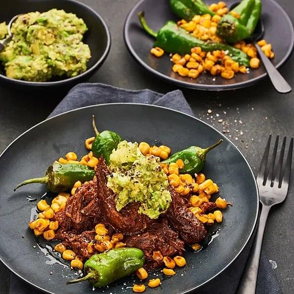 Beef chili med rostad majssallad och avokado