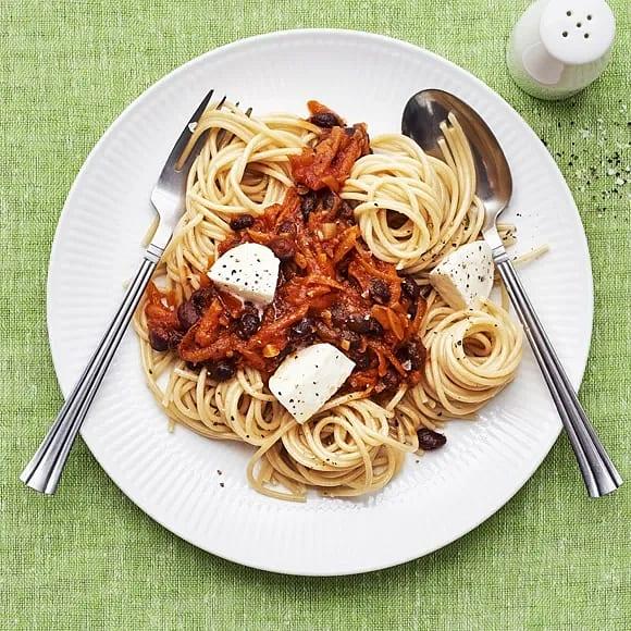Pasta med tomat- och bönsås samt mozzarella