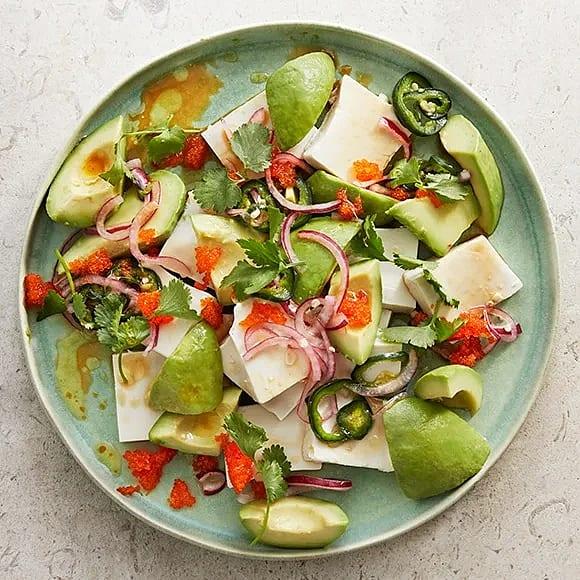 Silkestofu med tångkaviar, koriander och picklad rödlök