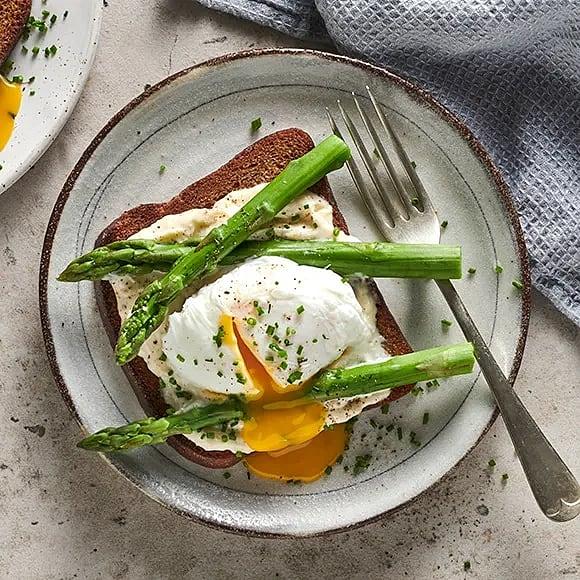 Toast med pocherat ägg och sparris